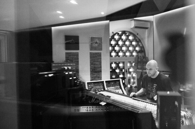 Corrado Molon nello studio di produzione musicale